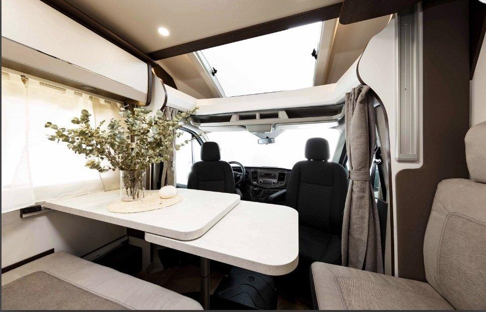 Interior autocaravana de alquiler